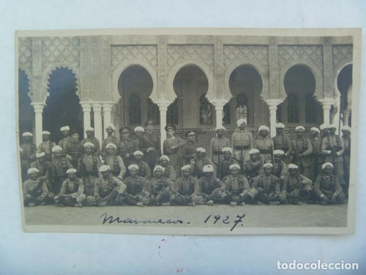 GUERRA DE AFRICA : FOTO DE OFICIALES DE REGULARES Y TROPAS MORAS, INDIGENAS. MARRUECOS, 1927 (Militar - Fotografía Militar - Otros)