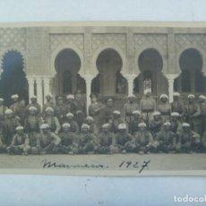 Militaria: GUERRA DE AFRICA : FOTO DE OFICIALES DE REGULARES Y TROPAS MORAS, INDIGENAS. MARRUECOS, 1927. Lote 195315480