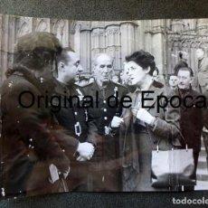 Militaria: (JX-200255)FOTOGRAFÍA DE DÑA. PILAR PRIMO DE RIVERA CON EL GOBERNADOR Y LUYS DE SANTA MARINA. Lote 195346691