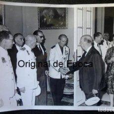 Militaria: (JX-200257)FOTOGRAFÍA D.FRANCISCO FRANCO,JEFE DEL ESTADO ESPAÑOL,SALUDANDO A D.LUYS DE SANTA MARINA. Lote 195347451
