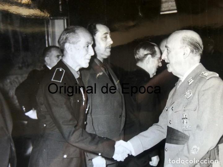 Militaria: (JX-200258)Fotografía de D.Francisco Franco,Jefe del Estado Español,saluda a D.LUYS DE SANTA MARINA - Foto 2 - 195347531