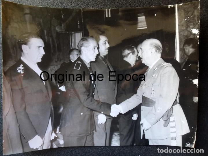 Militaria: (JX-200258)Fotografía de D.Francisco Franco,Jefe del Estado Español,saluda a D.LUYS DE SANTA MARINA - Foto 5 - 195347531