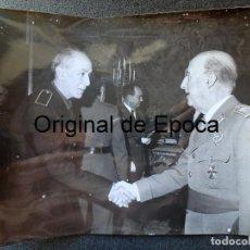 Militaria: (JX-200258)FOTOGRAFÍA D.FRANCISCO FRANCO,JEFE DEL ESTADO ESPAÑOL SALUDANDO A D.LUYS DE SANTA MARINA. Lote 195347603