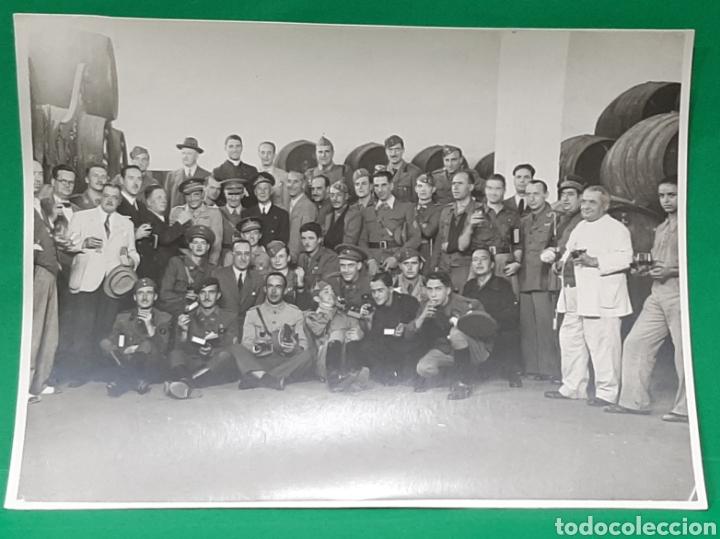 MILITARES EN UNA BODEGA DE SAN FERNANDO. FOTO LUIS PIÑERO. (Militar - Fotografía Militar - Guerra Civil Española)
