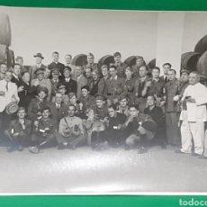 Militaria: MILITARES EN UNA BODEGA DE SAN FERNANDO. FOTO LUIS PIÑERO.. Lote 195416898