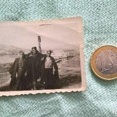 Militaria: SOLDADOS CON CAPOTE MANTA..GUERRA CIVIL..FOTO... Lote 195435861