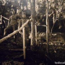 Militaria: SOLDADOS DE LA WEHRMACHT CONDECORADOS EN UN BOSQUE. AÑOS 1939-45. Lote 195669441