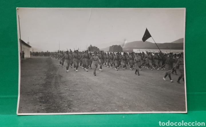 DESFILE MILITAR EN IFNI. FOTOGRAFÍA-POSTAL. MIDE 13 X 8,5 CMS. (Militar - Fotografía Militar - Guerra Civil Española)