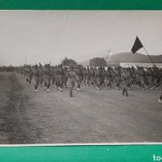 Militaria: DESFILE MILITAR EN IFNI. FOTOGRAFÍA-POSTAL. MIDE 13 X 8,5 CMS.. Lote 195705557