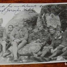 Militaria: FOTOGRAFIA DE LEGIONARIOS EL SITIO DONDE FUE MORTALEMENTE HERIDO EL 12.5.1922, EL TENIENTE CORONEL D. Lote 195802041