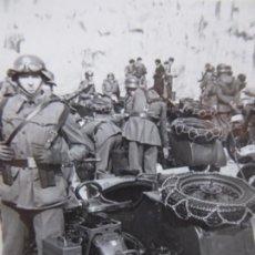 Militaria: FOTOGRAFÍA SOLDADO ENLACE MOTORIZADO DEL EJÉRCITO ESPAÑOL. MOTOCICLETA BMW. Lote 196755688