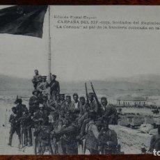 Militaria: POSTAL DE LA CAMPAÑA DEL RIF. 1921. SOLDADOS DEL REGIMIENTO DE INFANTERIA LA CORONA, AL PIE LA BANDE. Lote 196947678