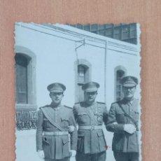 Militaria: ANTIGUA FOTOGRAFÍA MILITAR. MILITARES DE ALTO RANGO. FECHADA EN 1944. Lote 196976238