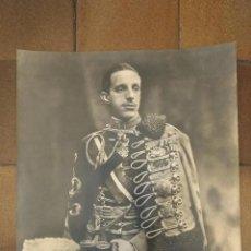 Militaria: IMPRESIONANTE FOTOGRAFÍA DEL REY ALFONSO XIII CON UNIFORME DE HUSARES DE PAVIA. 59 X 50 CM. Lote 197166696