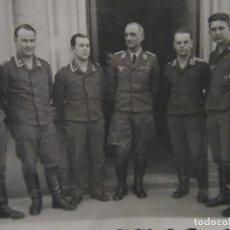 Militaria: SOLDADOS ,SUBOFICIALES Y MAJOR CONDECORADOS DE LA LUFTWAFFE POSANDO . AÑOS 1939-45. Lote 197618757
