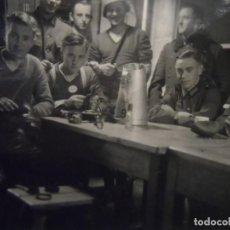 Militaria: SOLDADOS DE LA WEHRMACHT LIMPIANDO EL EQUIPO Y PLACA DE IDENTIDAD AL CUELLO. AÑO 1941. Lote 197763157