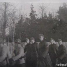 Militaria: SOLDADOS WEHRMACHT CON CASCOS A PASO DE MARCHA. AÑOS 1939-45. Lote 197765738