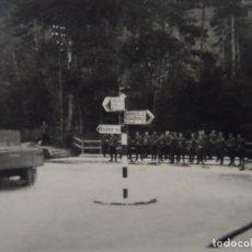 Militaria: SOLDADOS WEHRMACHT EN UN CRUCE ESPERANDO TRANSPORTE. III REICH. VERANO DE 1938. Lote 197768435