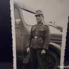 Militaria: SUBOFICIAL JEBIRGSJAGER CON PASADOR CRUZ DE HIERRO JUNTO A CAMIONES. AÑOS 1939-45. Lote 197807778