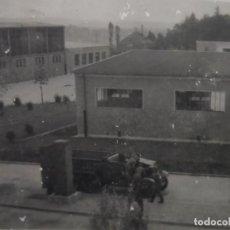 Militaria: VEHICULO SEMIORUGA REPARANDOSE EN BASE MILITAR DE LA WEHRMACHT .AÑOS 1939-45. Lote 197808593