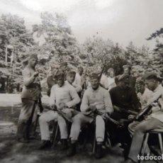 Militaria: SOLDADOS DE LA WEHRMACHT LIMPIANDO SUS KAR-98K EN EL CAMPO. III REICH. AÑOS 1939-45. Lote 197948245