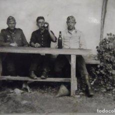 Militaria: SOLDADOS DE LA WEHRMACHT BEBIENDO SCHNAPPS DELANTE DE UNA GRANJA. AÑOS 1939-45. Lote 198086197