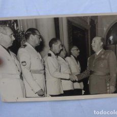 Militaria: * ANTIGUA FOTOGRAFIA DE FRANCO CON JEFES DE FALANGE DE BARCELONA DE DIVISION AZUL, 1957. ZX. Lote 198148978