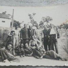 Militaria: ANTIGUA FOTOGRAFÍA GRUPO DE SOLDADOS MILITARES. Lote 198256175