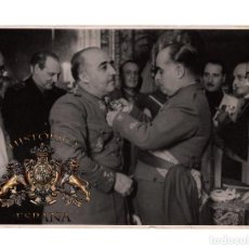 Militaria: GENERAL VARELA COLOCA AL CAUDILLO, LA GRAN CRUZ LAUREADA DE SAN FERNANDO.12,5X17,5. FOT. CIFRA.. Lote 198521500