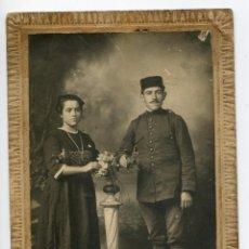 Militaria: MILITAR CON SU NOVIA, CIRCA 1910. FOTÓGRAFO ANICETO, SANTANDER. Lote 198723346