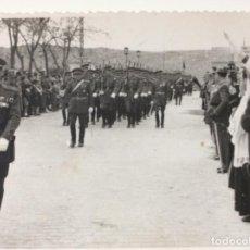 Militaria: FOTOGRAFÍA DE DESFILE MILITAR EN TOLEDO. AÑOS 40/50. Lote 198912770