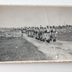 Militaria: FOTOGRAFÍA DE MARCHA MILITAR EN MANIOBRAS ACADEMIA DE INFANTERÍA DE TOLEDO. AÑO 1957. Lote 198924210