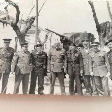 Militaria: FOTOGRAFÍA DE MANDOS MILITARES DURANTE UN CURSO DE CARROS DE COMBATE. Lote 198925823