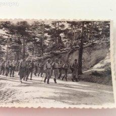 Militaria: DOS FOTOGRAFÍAS DE MARCHAS MILITARES DE LA ACADEMIA DE INFANTERÍA DE TOLEDO. AÑOS 50. Lote 198926116