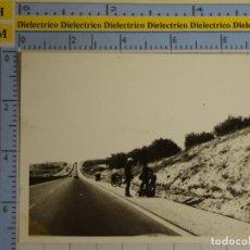 Militaria: FOTO FOTOGRAFÍA DE LA GUARDIA CIVIL. AGENTES DE TRÁFICO, AUXILIO EN CARRETERA, MOTO. MÁLAGA. 2538. Lote 199525021