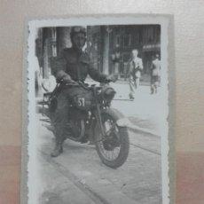 Militaria: FOTOGRAFIA MILITAR MOTORISTA SEGUNDA GUERRA MUNDIAL MOTOCICLETA BSA M20. Lote 199994372