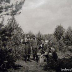 Militaria: SOLDADOS DE LA LUFTWAFFE BEBIENDO CERVEZA DE UNA MARMITA EN EL BOSQUE. AÑOS 1939-45. Lote 202787162