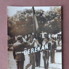 Militaria: ANTIGUA FOTOGRAFÍA SOLDADO. JURA DE BANDERA. MILITAR. AÑOS 50.. Lote 203235325