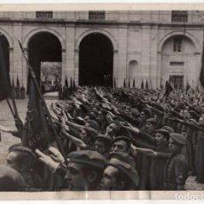Militaria: ESCORIAL. VALLE DE LOS CAIDOS 1940. HOMENAJE PRIMO DE RIVERO. CANTANDO HIMNO FALANGE. 13X18.. Lote 204360075