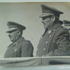 Militaria: FOTO CAUDILLO FRANCO CON LAUREADA Y GENERAL ASENSIO, CAMPO EXPERIENCIAS MILITARES CARABANCHEL, 1943. Lote 205588933