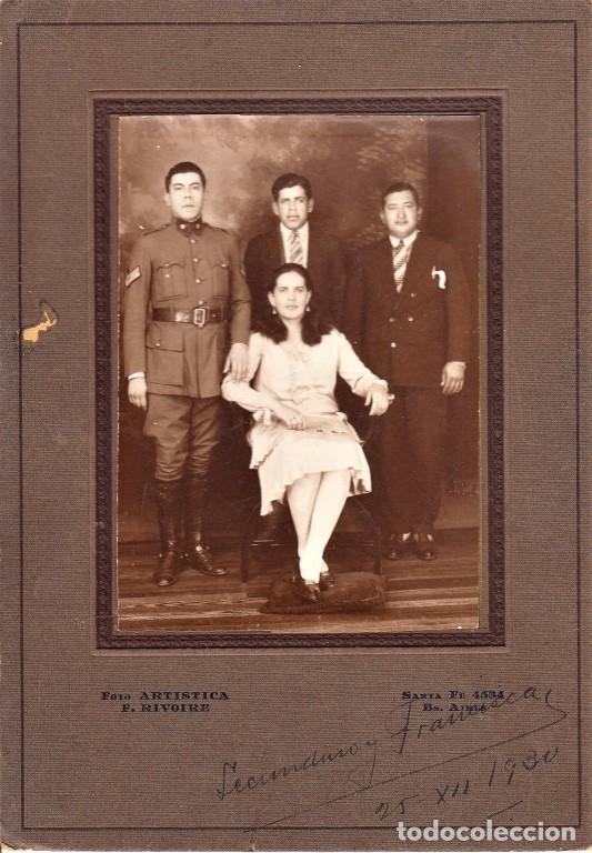 FOTO DE ESTUDIO SOBRE PASPARTOUT DE SUBOFICIAL ARGENTINO CON FAMILIA, DATADA 1930 - CLC (Militar - Fotografía Militar - Otros)