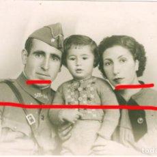 Militaria: GUERRA CIVIL CADIZ 16 DE ENERO DE 1938 FOTOGRAFIA DE UN ALFEREZ Y SU FAMILIA.. Lote 206503968