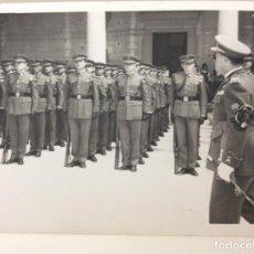 Militaria: FOTOGRAFÍA MILITAR PASO DE REVISTA DE ALTOS MANDOS MILITARES EN EL ALCÁZAR DE TOLEDO. AÑO 1962. Lote 207966412