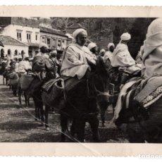 Militaria: TETUÁN.- DESFILE DE LAS CABILAS DELANTE LA TRIBUNA DEL ALTO COMISARIADO 1946. FOTO CORTES.11,5X16,5. Lote 209329941