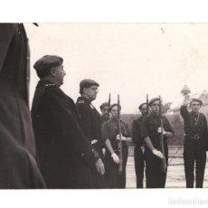 Militaria: EL CAUDILLO AL LLEGAR AL MONASTERIO. COMITIVA FALANGISTA. 11,5X8,5 CM. FOTO ORTIZ.. Lote 210151892