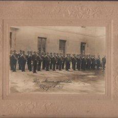 Militaria: FOTO ANTIGUA DE MILITARES DE GALA- MIDE: 26 X 21 C.M. EXTERIOR Y 17 X 12,50 C.M. LA FOTO. Lote 210517286