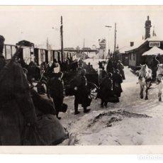 Militaria: RUSIA.- FRENTE DEL ESTE.- A TRAVÉS DE LAS CALLES NEVADAS DE UN PUEBLO SOVIETICO. ORBIS FOTO. 13X18.. Lote 211506731