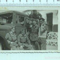Militaria: FOTOGRAFÍA MILITAR . SOLDADOS DE ARTILLERÍA , VEHÍCULO MILITAR DETRAS. Lote 211603195