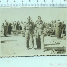 Militaria: FOTOGRAFÍA MILITAR .SOLDADOS CON LUGAREÑOS DE MELILLA MOTA FOTOGRAFO. Lote 211604300