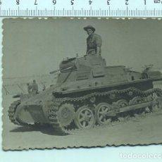 Militaria: FOTOGRAFIA MILITAR. SOLDADO SUBIDO EN UN TANKE 1955. Lote 211605161